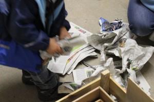 Luca knüllt Papier